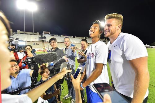 全米大学選手権を終え、取材を受けるサニブラウン(右から2人目)は、乱入してきたチームメイトに笑顔を見せる(撮影・菅敏)