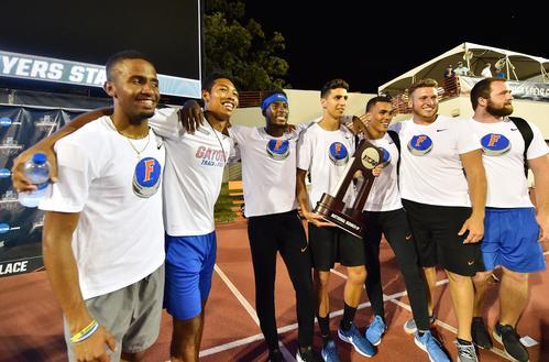 全米大学選手権を終え、チームメートと記念写真に納まるサニブラウン(左から2人目)(撮影・菅敏)