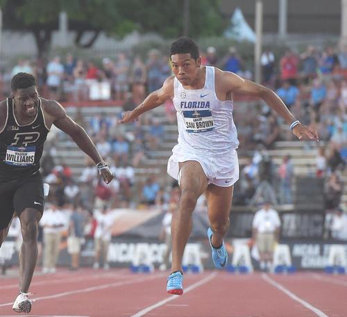 男子100メートル決勝で3位のサニブラウン(右)は9秒97で日本記録を更新(撮影・菅敏)