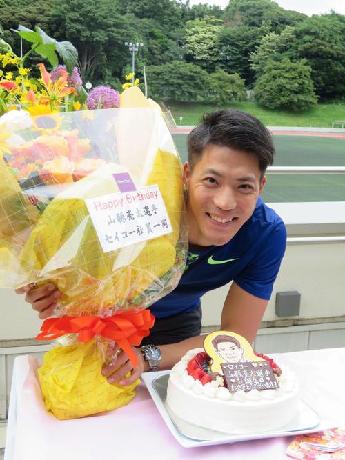 誕生ケーキと花束を贈られ、笑顔の山県(撮影・上田悠太)