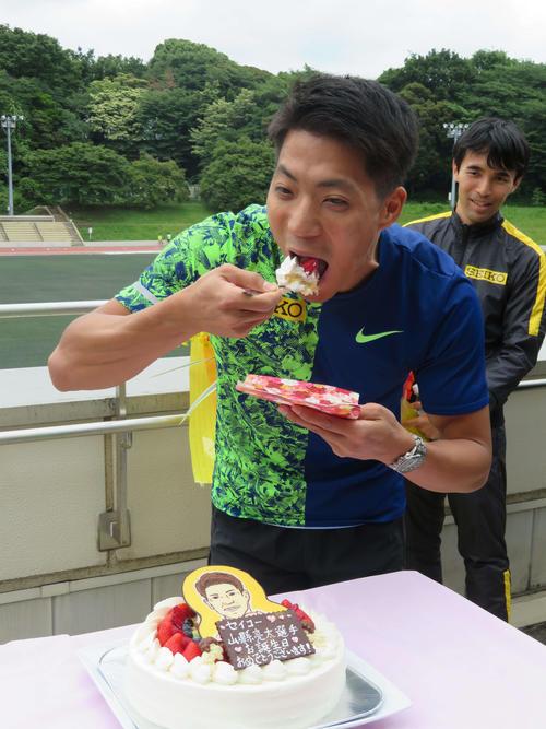 贈られた誕生ケーキを食べる山県(撮影・上田悠太)