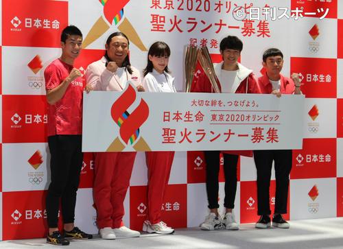 聖火ランナー募集を呼び掛ける桐生、秋山、綾瀬、ゆずの北川、岩沢(左から)