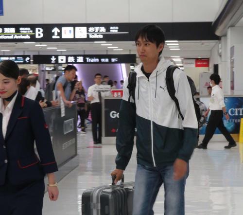 成田空港に到着した戸辺(撮影・上田悠太)