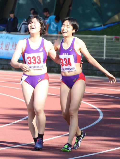 女子100メートル決勝 恵庭北・御家瀬(右)はレース後にチームメートで5位に入った町井と互いの健闘をたたえた(撮影・浅水友輝)