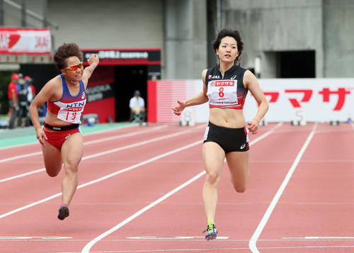 女子100m予選 1着で予選を通過した土井杏南(右)(撮影・栗木一考)