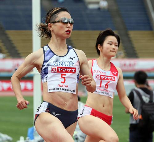 女子100m予選 1着で予選を通過した和田麻希(左)(撮影・栗木一考)