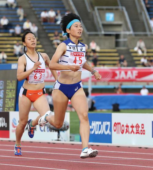 女子400メートル予選 2組 1着となった高島咲季(45番)(撮影・梅根麻紀)