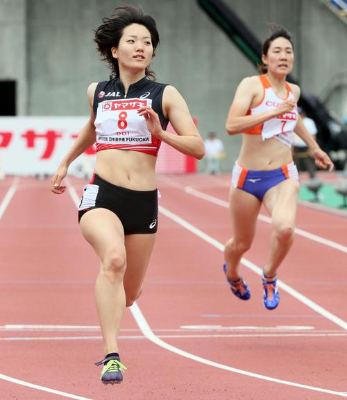 女子100m予選 1着で予選を通過した土井杏南(左)(撮影・栗木一考)