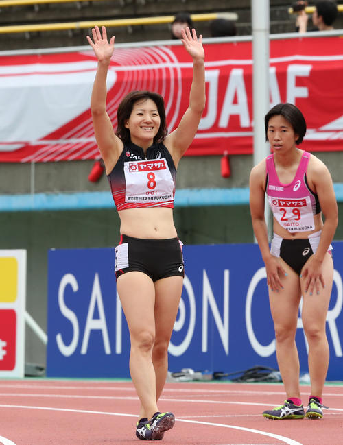 女子100メートル予選 予選2組目 1着の土井杏南(8番)スタンドに手を振る(撮影・梅根麻紀)