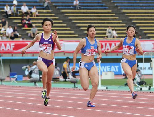 女子100メートル予選 1組 予選1組1着の御家瀬緑(左)(撮影・梅根麻紀)