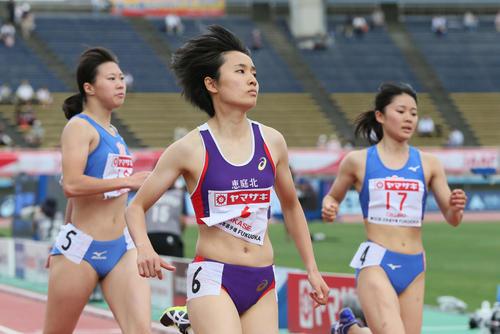女子100m予選 1着で予選を通過した御家瀬緑(中央)(撮影・栗木一考)