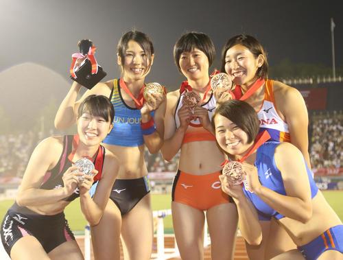 女子棒高跳びで優勝した那須眞由(左から2人目)(撮影・梅根麻紀)
