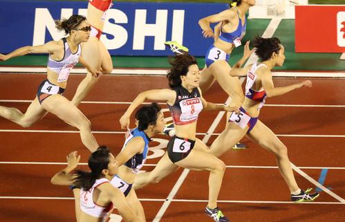 女子100m決勝 優勝した御家瀬(右)(撮影・栗木一考)
