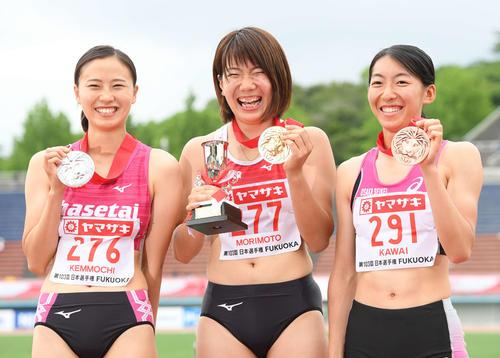 女子三段跳びで優勝し、メダルを手に笑顔を見せる森本麻里子(中央)。左は2位の剣持早紀、右は3位の河合栞奈(撮影・鈴木みどり)