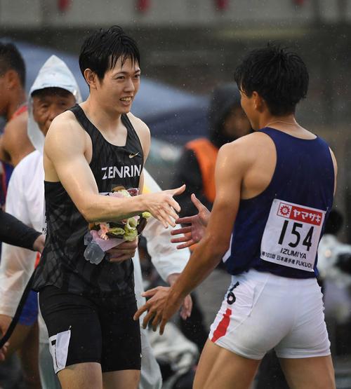 男子110メートル障害で優勝した高山(左)は2位の泉谷と握手(撮影・鈴木みどり)