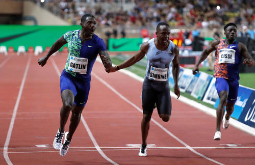 男子100メートルで優勝したガトリン(左)(ロイター)