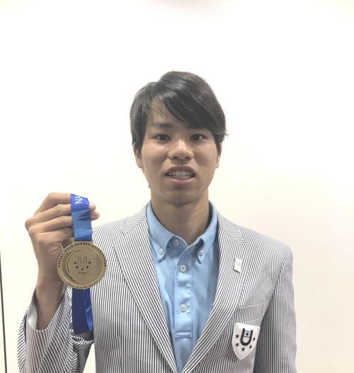 金メダルを手にする男子20キロ競歩の池田向希(撮影・上田悠太)