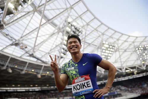 男子100メートル決勝で日本歴代2位の9秒98をマークし、笑顔でポーズをとる小池(AP)