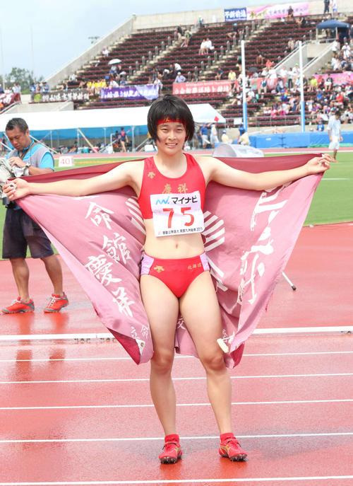 女子200メートル決勝 北海道高校新の23秒67で優勝した立命館慶祥・石堂は部旗を手にポーズを取る(撮影・浅水友輝)