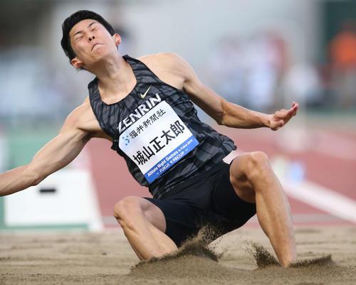 男子走り幅跳びで8メートル40を記録した城山(撮影・河野匠)