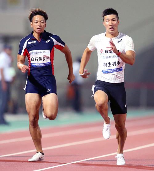 男子100メートル、10秒05で1着となった桐生(右)。左は白石(撮影・河野匠)