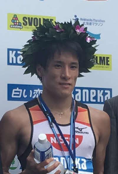 陸上北海道マラソン・男子 優勝した村沢明伸(中央)=2017年8月27日