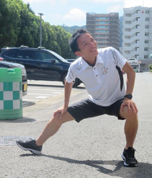 笑顔で準備運動をする井上(撮影・上田悠太)
