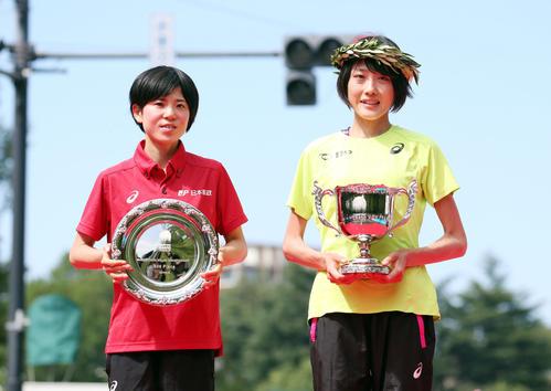 五輪代表を決め、表彰式で笑顔を見せる2位の鈴木(左)と1位の前田(撮影・狩俣裕三)