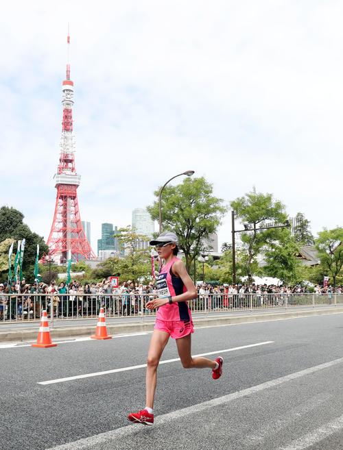 「マラソン・グランドチャンピオンシップ(MGC)」 東京タワーを背に芝公園付近を女子トップで通過する前田(撮影・垰建太)