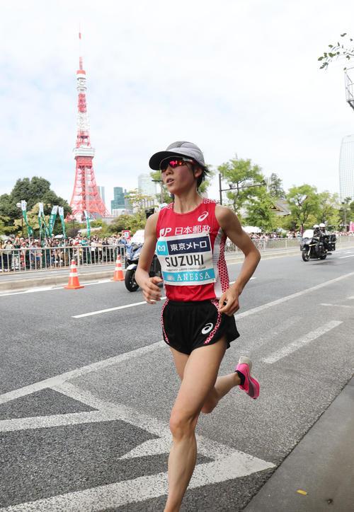 「マラソン・グランドチャンピオンシップ(MGC)」 東京タワーを背に芝公園付近を女子2位で通過する鈴木(撮影・垰建太)