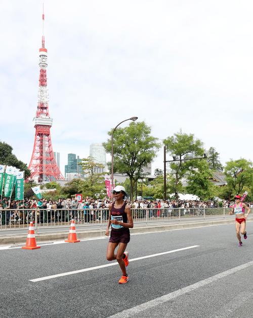 「マラソン・グランドチャンピオンシップ(MGC)」 芝公園付近で松田(右)に迫られる福士(撮影・垰建太)