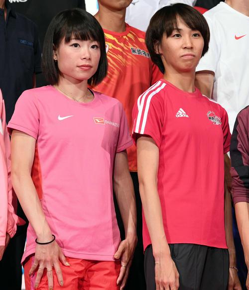 MGC公式記者会見の記念撮影に臨む松田(左)と安藤(撮影・滝沢徹郎)