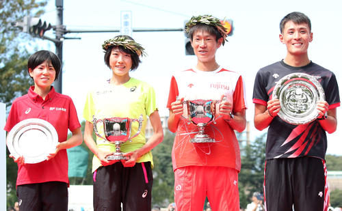 五輪代表を決め、表彰式で笑顔を見せる、左から女子2位の鈴木、1位の前田、男子1位の中村、2位の服部(撮影・狩俣裕三)