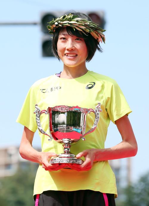 表彰式で優勝カップを手に笑顔を見せる前田(撮影・狩俣裕三)