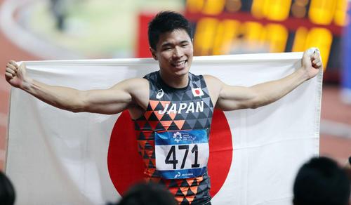 2018年アジア大会・男子200メートルを制した小池は日の丸を手に笑顔