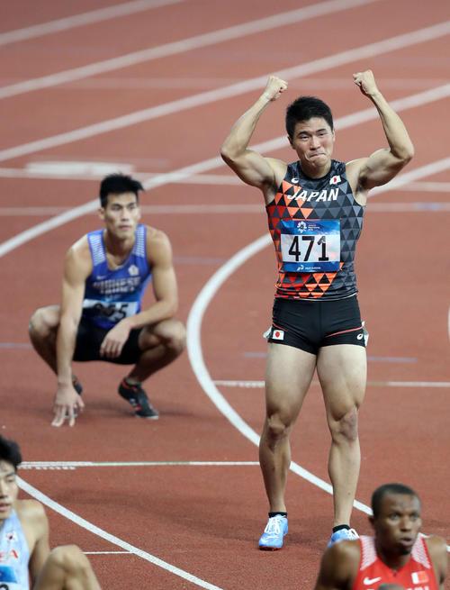 2018年アジア大会、男子200メートル決勝で楊俊瀚(後方)に競り勝ち優勝を決めた小池はガッツポーズ