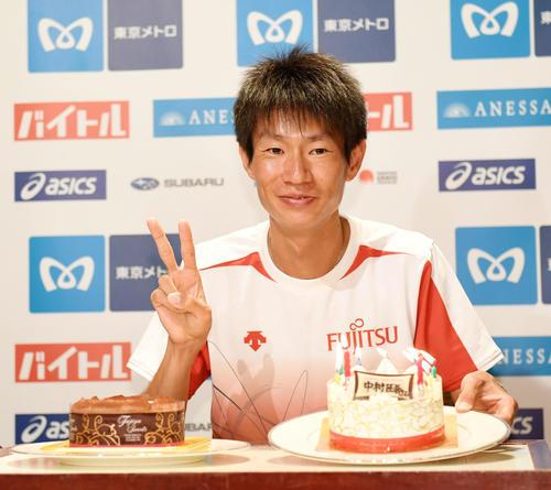 プレゼントされた誕生日ケーキを前に笑顔を見せる中村(撮影・横山健太)