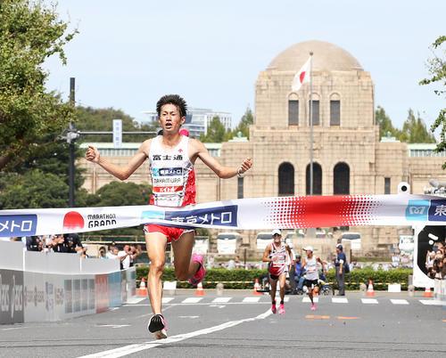 両手を広げて優勝のゴールテープを切る中村匠吾(2019年9月16日撮影)