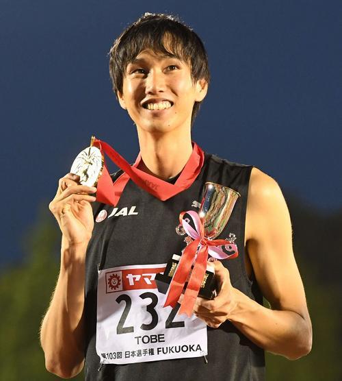 2019年日本選手権で優勝し、メダルを手に笑顔の戸辺