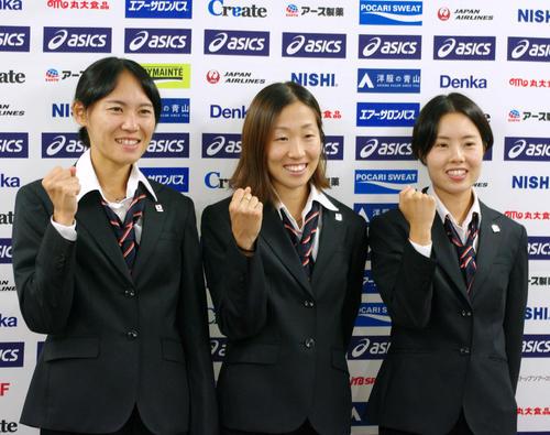 世界陸上に出場する女子マラソンの3選手。左から池満綾乃(鹿児島銀行)、中野円花(ノーリツ)、谷本観月(天満屋)(撮影・奥岡幹浩)