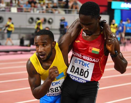 ゴールするアルバ代表のバズビー(左)とギニアビサウ共和国代表のダボ(ロイター)