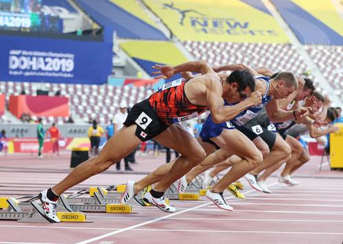 男子十種競技で最初の100メートルをスタートする右代(手前)(撮影・河野匠)