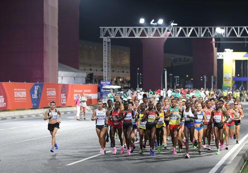 深夜に開催となった女子マラソンで一斉にスタートした選手たち(2019年9月28日撮影)