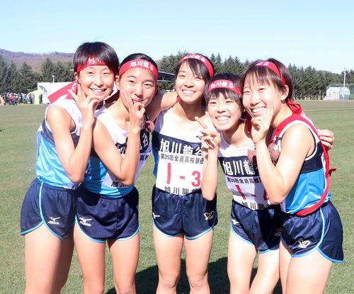 4連覇を決め喜ぶ旭川龍谷の選手たち。左から金子、柴田、中村、高橋、菊地(撮影・浅水友輝)