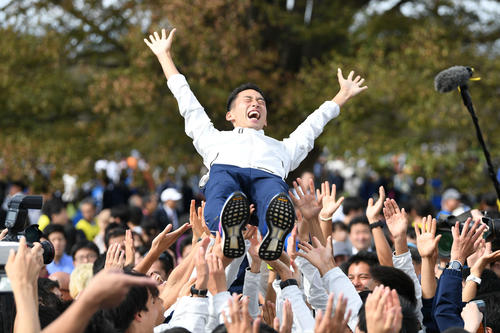 予選会6位で本戦出場を決め、胴上げをして喜ぶ筑波大の選手たち(撮影・加藤諒)