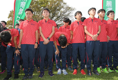 予選会11位で本戦出場を逃し、肩を落とす麗沢大の選手たち(撮影・加藤諒)