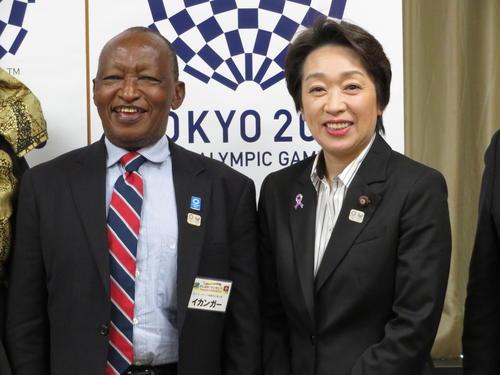 橋本聖子五輪相(右)を訪問した元マラソン選手で、タンザニアスポーツ委員会理事のジュマ・イカンガー氏(左)(撮影・近藤由美子)