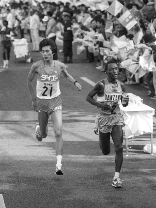 東京国際マラソンで中山竹通(左)と競り合うイカンガー(1986年2月9日撮影)