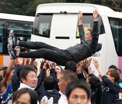 1位でゴールしチームメイトから胴上げされる東海大の両角速監督(撮影・森本幸一)