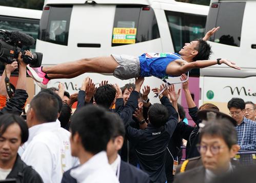 1位でゴールしチームメイトから胴上げされる東海大アンカーの名取燎太(撮影・森本幸一)